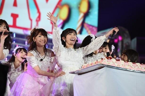 【写真を見る】3月26日は渡辺麻友の誕生日!ステージ上でまゆゆのバースデーをメンバー&観客がお祝い!