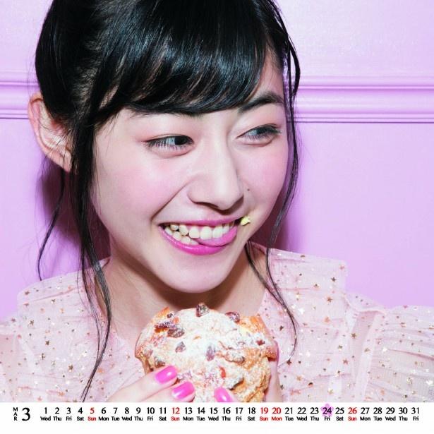 シュークリームを口に付けたカット/「鈴木裕乃オフィシャルカレンダー2016.4-2017.3」より