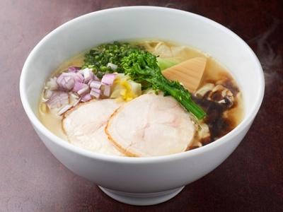 「博多極上 鶏白湯ソバ」(830円)は、鶏白湯と水炊きのダブルスープに香油とバターの香りをはなつクリーミーな味わい。縮れ麺がスープによく絡む