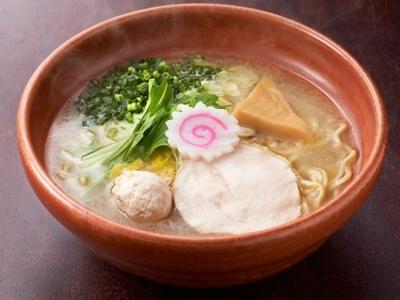 「華味鳥水たき鶏ソバ」(780円)。白濁した水炊きスープはあっさりタイプながら、鶏のコクとうま味が感じられる。やや細めのストレート麺で、柚子胡椒がアクセントに