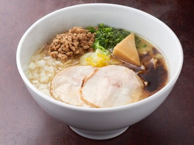 【写真を見る】鶏白湯ソバに濃厚味噌をトッピングした「特濃 味噌鶏ソバ」(890円)。とろりと白濁した鶏白湯スープと濃厚味噌ダレの組み合わせが、深いコクとうま味を生む