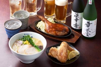 夜は餃子や「華味鳥」の鶏レバニラ炒めなど居酒屋メニューもあり、ちょっと一杯楽しむのにちょうどいい。シメは鶏ソバで!