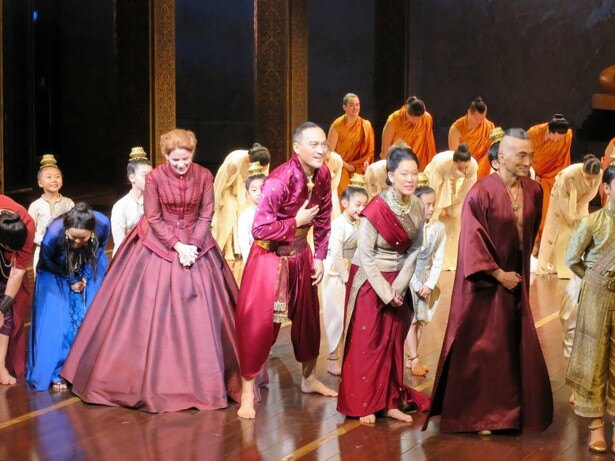 【写真を見る】「王様と私」カーテンコールで感無量の渡辺謙らキャストたち