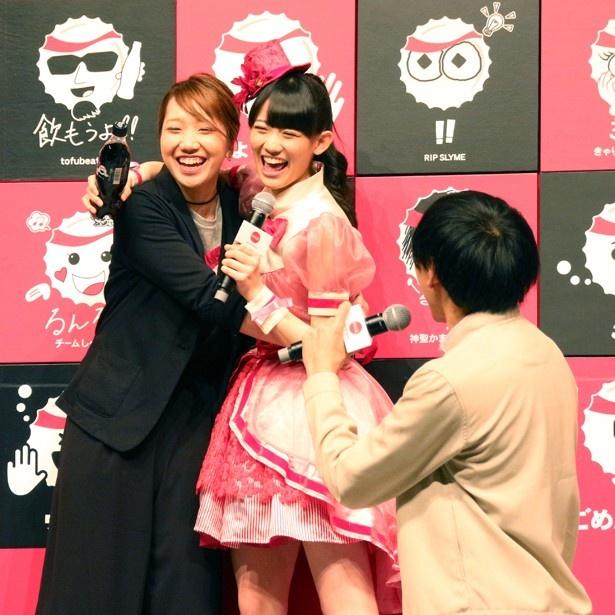 秋本は「いつも、ライブとかお仕事で、しゃちほこをかまってくれて、本当にありがとうございます。感謝の気持ちをこめて、ぎゅ~…しないよ!」との子に背を向け、みさことハグ