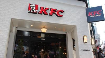 KFC高田馬場店の外観。白のタイルでシンプルにまとめている