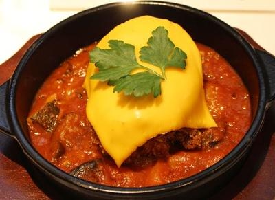「チキン・コルドン・ブルー ラタトゥイユ添え」(680円)。香ばしいチキンフィレに、とろとろのチェダーチーズがベストマッチ!