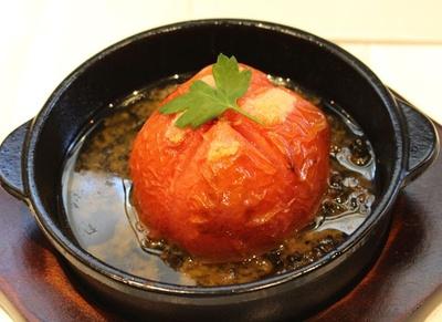 トマトを黒オリーブとアンチョビのソースで焼き上げた「まるごとトマトのタプナードソース バゲットつき」(750円)。見た目のインパクトも抜群!