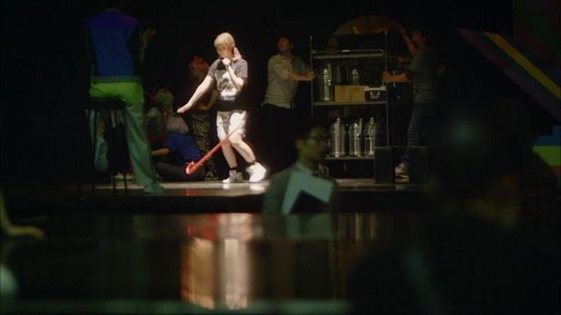 【写真を見る】ステッキを落としてしまうなど、ダンスリハーサルがうまくいかないきゃりーぱみゅぱみゅ