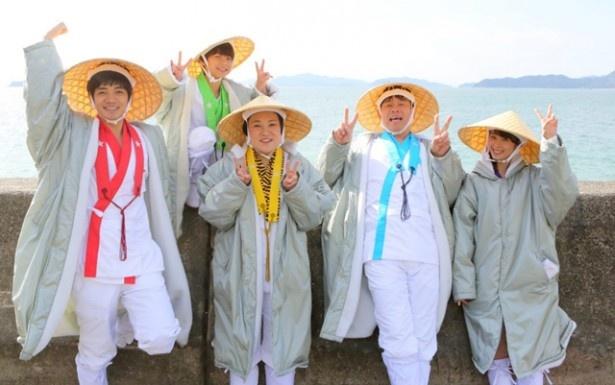 """【写真を見る】松山の魅力を伝える""""お遍路姿""""の5人"""