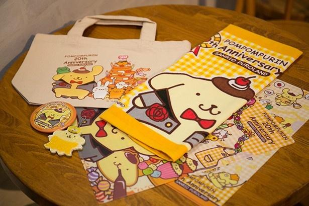 """「クリアファイル」(324円)など、""""お友達キャラクター""""が20周年のお祝いの準備をする姿をキービジュアルとしたデザイン"""