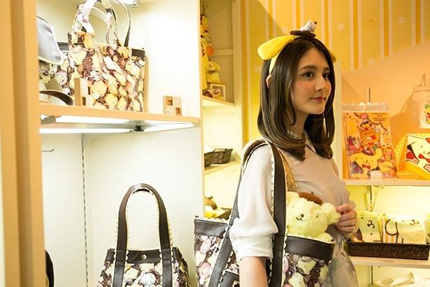 スイーツアーティストのKUNIKAさんとのコラボアイテム「KUNIKA×ポムポムプリン×CRYSTAL BALL『Pom a la mode』」(1万6490円)など、ファンなら見逃せないグッズがずらり