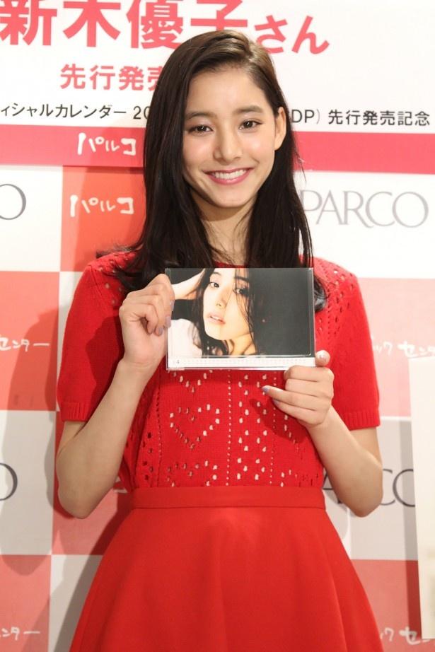 新木優子がオフィシャルカレンダー先行発売記念握手会イベントで見どころなどを語る!