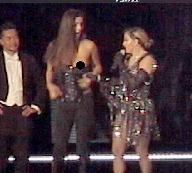 【写真を見る】先日はステージ上で女性ファンの胸を露出させたマドンナ