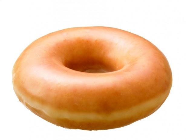 【写真を見る】イーストドーナツを、真っ白いグレーズ(シュガー)でコーティングした定番商品「オリジナル・グレーズド」(160円)