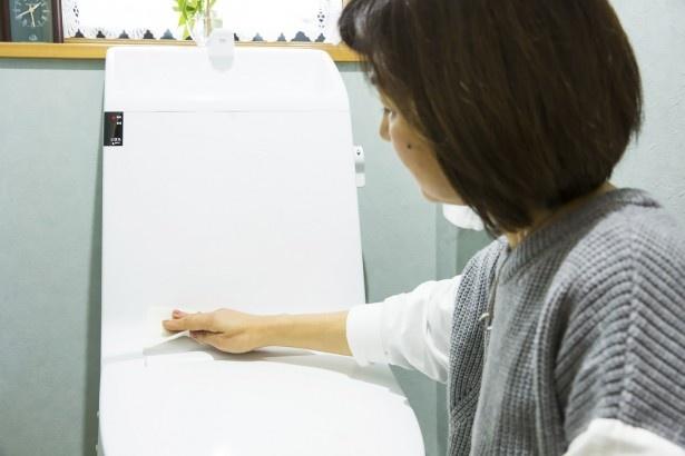 トイレはタンクと便座の間に溝がないデザインのものを選ぶと掃除がラクに