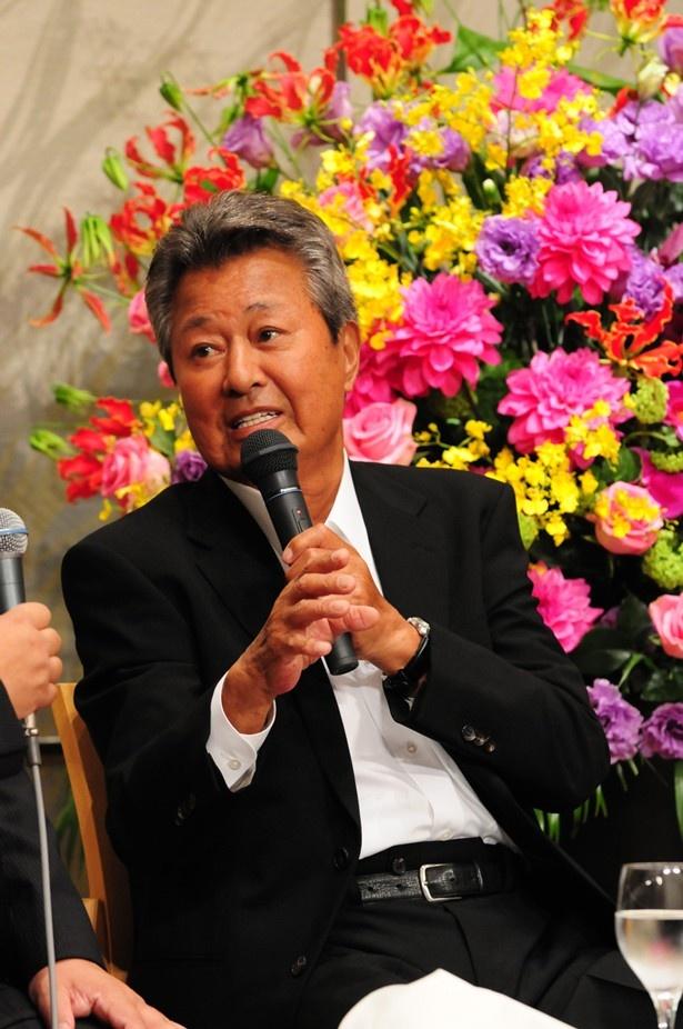 公開収録中にインタビューを受ける梅宮辰夫