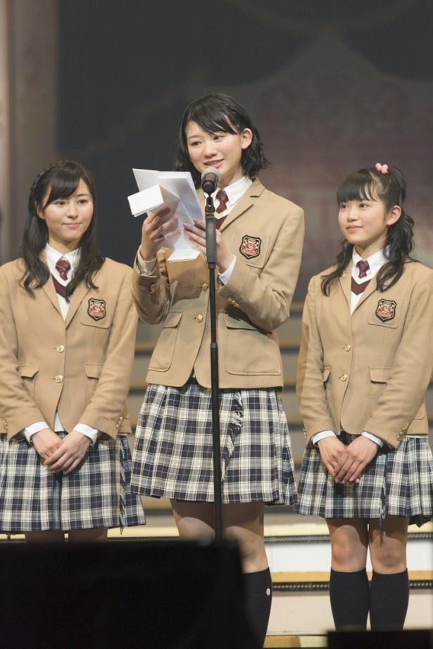 卒業式にて答辞を読む磯野莉音(中央)。同じく卒業生の大賀咲希(右)と白井沙樹(左)が磯野を見守る