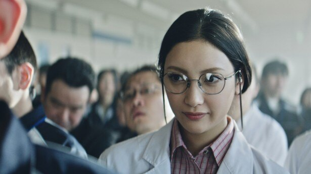 菜々緒は白衣に眼鏡姿で研究員を熱演!