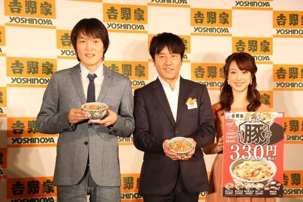 5年ぶりに復活する豚丼をアピールするジュニア、吉野家の河村泰貴代表取締役社長、川田(写真左から)