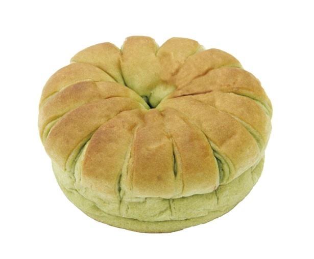 求肥と粒あんがぎっしり詰まった「上林春松本店監修 つぶあんとおもちを包んだお抹茶パン」(145円)