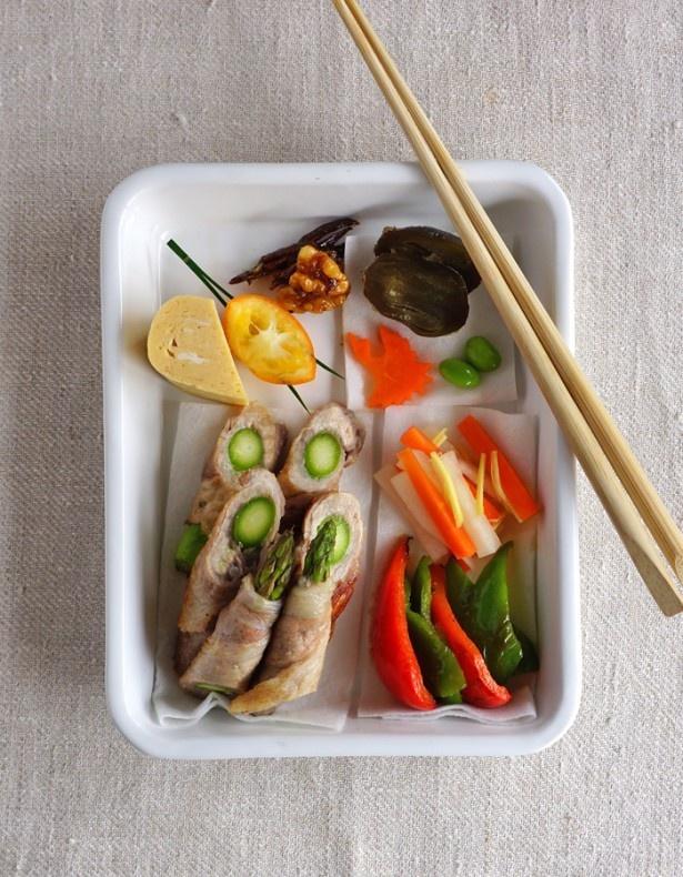 長さがあるアスパラガスの肉巻きをお弁当に入れる時は、他のおかずと同じように食べやすい大きさに切ろう