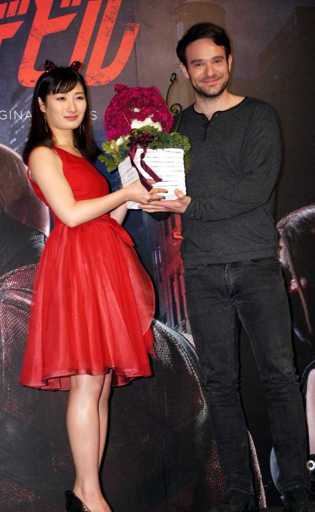 武田は「デアデビル」のマスクをかたどった花束を贈呈