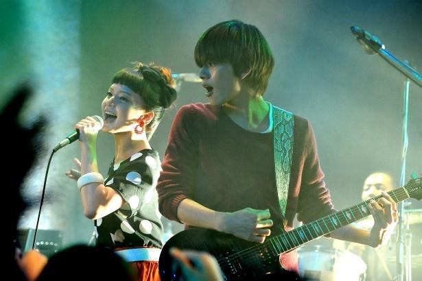 節子は、孫であるバンドマンの翼(北村匠海)と組んでバンドデビューを果たす