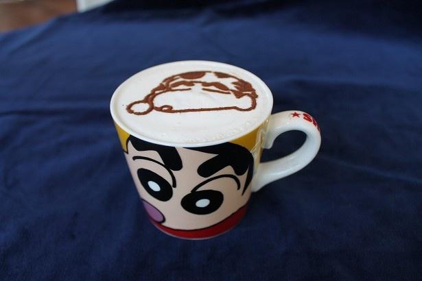 「しんちゃんのたっぷりホットカフェラテ」はアートとカップで2人のしんちゃんが楽しめる
