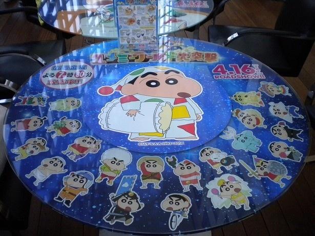 会場のテーブルにもさまざまな種類が。こちらは歴代映画のしんちゃんが勢ぞろい!