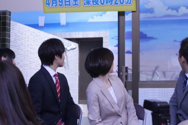 久住氏が背景画の説明をすると、「ほお~」と壁画を見る戸次と八木