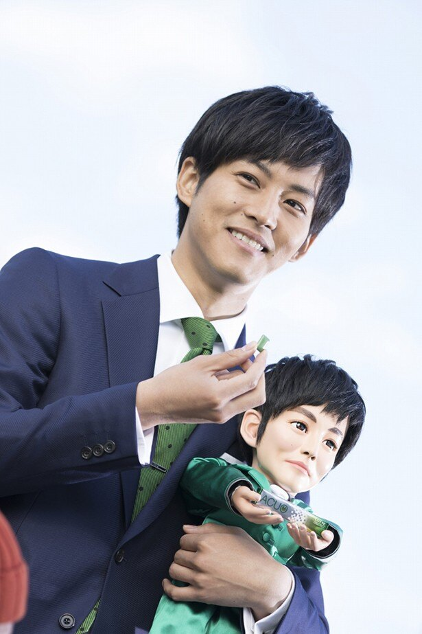 【写真を見る】まるでわが子? 大事そうにトーリロボを抱える松坂桃李