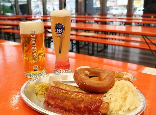 「ジャーマンソーセージプレート」(写真手前、2600円)などのドイツ料理と共に、本場のドイツビールを堪能しよう