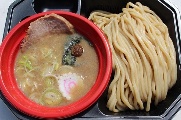 【写真を見る】東京のつけ麺界をリードし続ける、六厘舎の「つけ麺」。豚骨と魚介のバランスがとれた、濃厚スープに舌鼓!