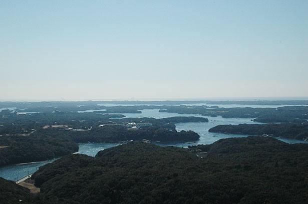 【写真を見る】横山展望台からの英虞湾の眺めは、通常のイメージする湾とは異なる