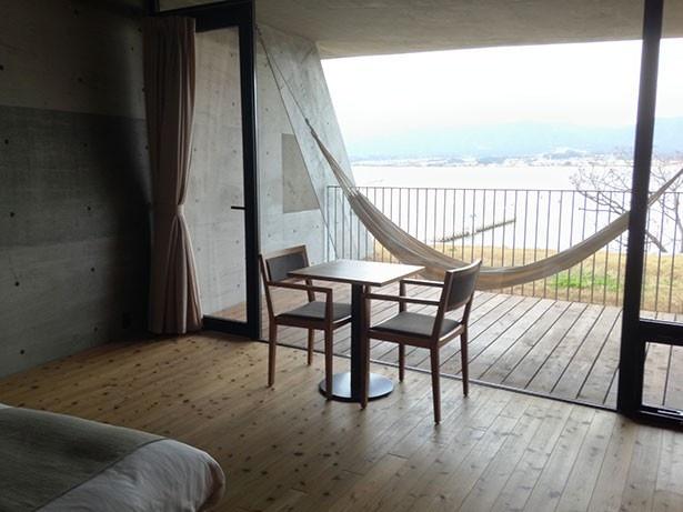 セトレマリーナびわ湖の2階の客室にはベランダにハンモックがある