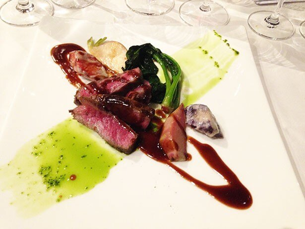 夕食には地元の生産者の作った野菜や近江牛、鹿やイノシシのジビ料理も食べられる