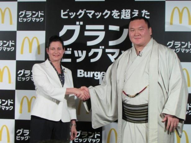 イベントに登壇した白鵬(右)、サラ・エル・カサノバ氏