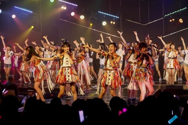 全メンバー44名が出演した「HKT48劇場移転記念特別公演」より。中央左は宮脇咲良、兒玉遥