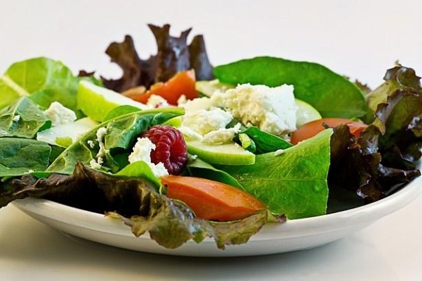 食事制限系の中でも、炭水化物や糖分を抜くだけでカロリーや量を気にせず食べられると話題の「糖質制限ダイエット」