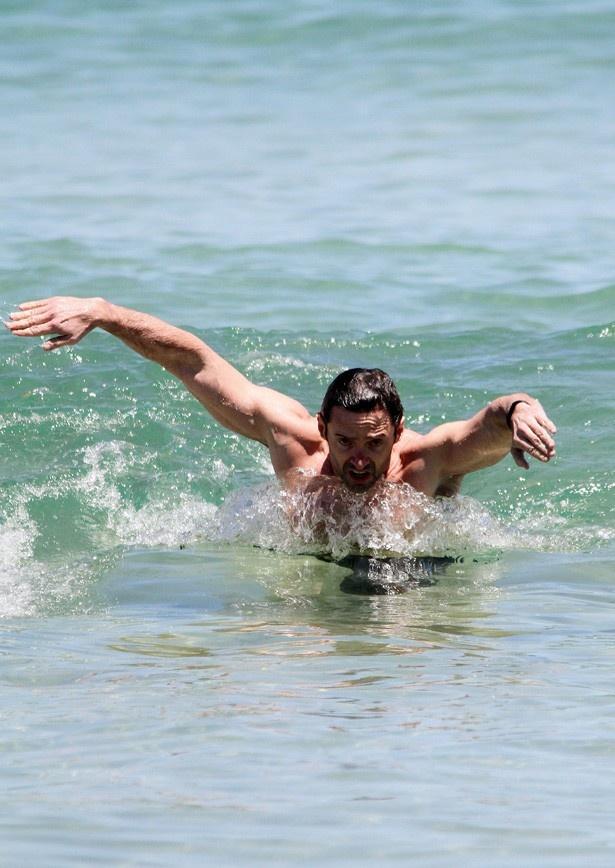 【写真を見る】海水浴場で息子を救出したというヒュー