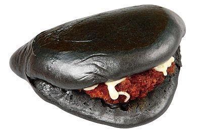 黒船カツバーガーは、真っ黒なビジュアルにくぎづけ!