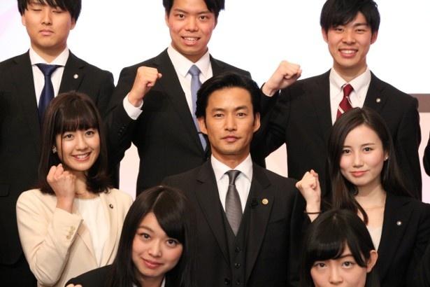 【写真を見る】32人のテレビ朝日新入社員から歓迎を受ける竹野内豊