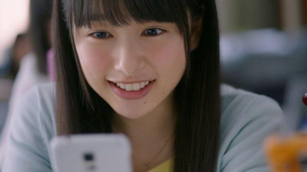 本人に予告せずに撮影されたシーンで、桜井のナチュラルな笑顔がさく裂