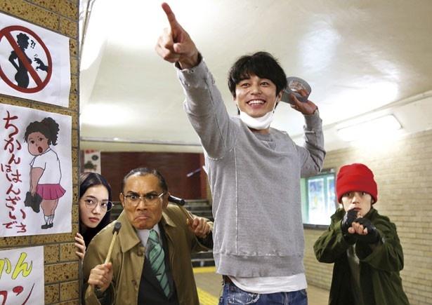 土志田はフリーターの中津(東出昌大)と自警団を結成