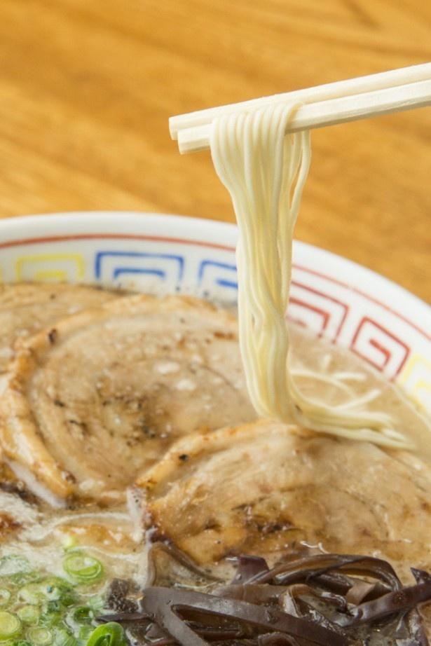 歯応えのある特注の麺。替え玉は120円。ゆで方は「バリカタ・カタ・フツウ・ヤワ」の4段階から選べる