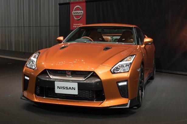 新たにラインアップされる「アルティメイトシャイニーオレンジ」に彩られたGT-R 2017年モデル