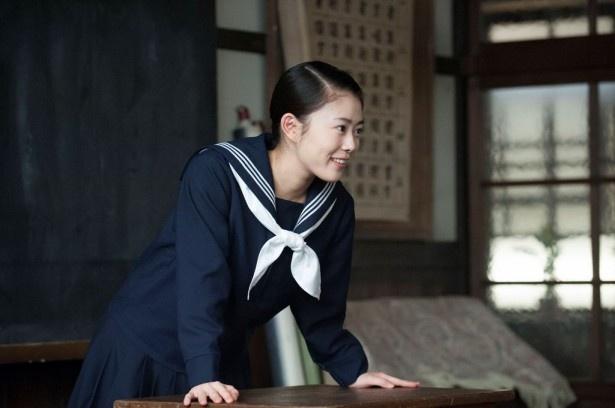 【写真を見る】常子(高畑充希)は一家を支えるために笑顔を絶やさず、奮闘する