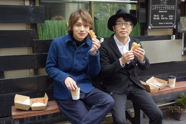ドランクドラゴン・鈴木拓(右)にカフェでおもてなしする松本岳