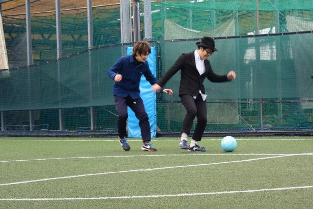 【写真を見る】サッカーが特技だという松本は鈴木とフットサルで汗を流す