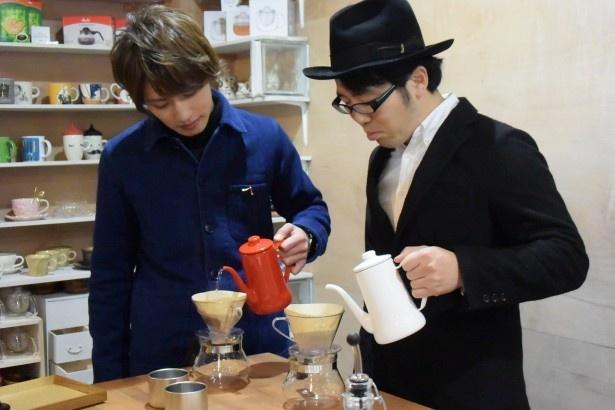 松本が好きなコーヒーを鈴木に紹介
